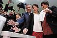 """Кандидат в президенты Грузии от """"Единого национального движения"""" Давид Бакрадзе с женой и дочерьми голосует на одном из избирательных участков Тбилиси."""
