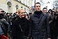 Оппозиционер Алексей Навальный с супругой Юлией на шествии в поддержку политзаключенных по Бульварному кольцу.