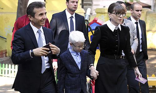 Премьер-министр Грузии Бидзина Иванишвили (в центре) с женой и сыновьями Бера и Цотне после голосования на одном из избирательных участков Тбилиси.