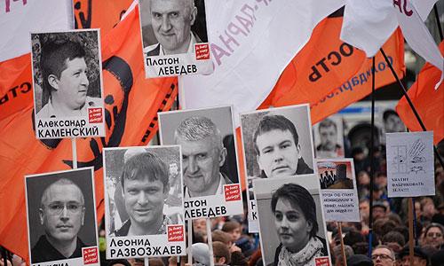 Участники шествия в поддержку политзаключенных по Бульварному кольцу.