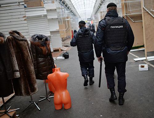 "Сотрудники полиции на территории торгового центра ""Садовод"" в Москве."
