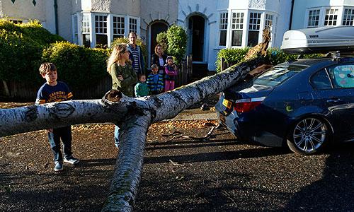 """В результате сильнейшего шторма """"Святой Иуда"""", обрушившегося на Западную Европу, погибли по меньшей мере 13 человек, сообщает британская телерадиокорпорация BBC. Большинство погибших стали жертвами упавших деревьев. В Германии погибли шесть человек, в Великобритании - четыре. В Нидерландах, Франции и Дании погибло по одному человеку. В Бретани на северо-западе Франции женщину унесло в море."""