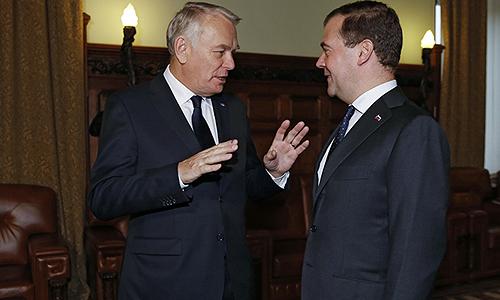 Председатель правительства России Дмитрий Медведев (справа) и премьер-министр Франции Жан-Марк Эйро во время встречи в Доме приемов правительства РФ.