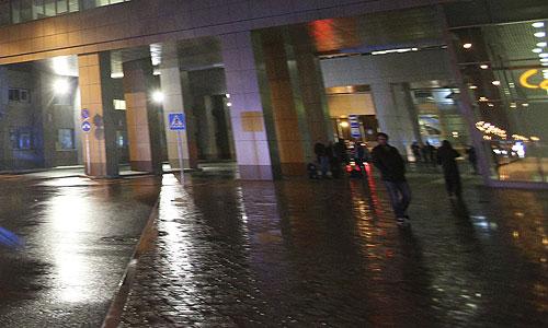 """В 19.26 при посадке в аэропорту города Казани """"Боинг 737"""", рейс 363 авиакомпании """"Татарстан"""", вылетевший из московского аэропорта """"Домодедово"""" в Казань с 44 пассажирами на борту, упал на взлетно-посадочную полосу и загорелся. Погибли все находившиеся на борту пассажиры и члены экипажа. Изначально сообщалось, что погибли 44 человека. По уточненным данным, на борту находилось 50 человек, никто не выжил. Детей на борту не было."""