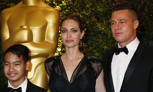 Анджелина Джоли получила специальную награду Джин Хершолт за индивидуальный вклад в гуманитарную деятельность. На фото: Анджелина Джоли,Брэд Питт и их приемный сын Мэддокс.