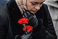 """Женщина в международном аэропорту """"Казань"""" несет цветы в память о погибших в авиакатастрофе самолета Boeing 737 авиакомпании """"Татарстан"""", разбившегося при посадке."""