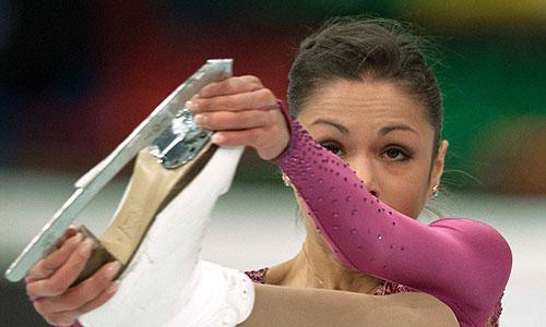 Николь Госвияни (Россия) выступает с короткой программой в женском одиночном катании во время соревнований на VI этапе Гран-при по фигурному катанию в Москве.
