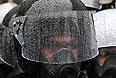 Сотрудники правоохранительных органов стоят в оцеплении у здания Кабинета министров в Киеве во время пикета сторонников евроинтеграции.