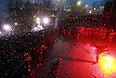 """Участники митинга """"За европейскую Украину"""" за подписание соглашения об ассоциации с Евросоюзом и сотрудники спецподразделения """"Беркут"""" на Европейской площади в Киеве."""