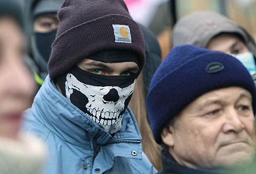 Участники акции против решения правительства Украины о приостановлении процесса интеграции Украины и Евросоюза на площади Независимости в Киеве.