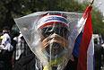 Полиция вновь вступила в столкновения с демонстрантами близ здания правительства в столице Таиланда Бангкоке. Стражи порядка, охраняющие правительственные учреждения, применили против протестующих слезоточивый газ. Демонстранты бросали в полицейских камни и другие предметы. По меньшей мере 55 человек были госпитализированы в результате столкновений, произошедших в столице накануне и в понедельник. Они были помещены в пять различных больниц Бангкока.