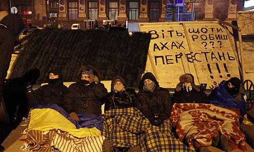 Участники акций сторонников вступления Украины в Евросоюз на площади Независимости в Киеве.