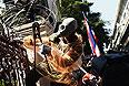 Правительство Таиланда и демонстранты согласились на несколько дней приостановить свое противостояние в Бангкоке. На такой шаг стороны пошли, чтобы дать возможность жителям страны в спокойной обстановке отметить день рождения короля страны Пумипона Адульядета.