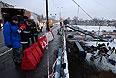 Грузовик MAN, упавший на железнодорожные пути с эстакады на внешней стороне Третьего транспортного кольца в районе пересечения с Южнопортовой улицей в Москве .