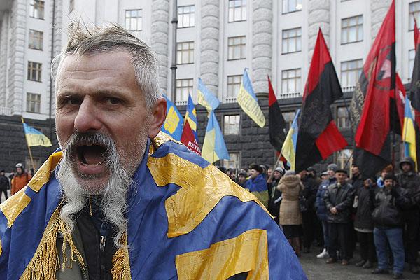 """Министр внутренних дел Украины Виталий Захарченко заявляет, что не собирается подавать в отставку в связи с событиями, которые происходят в стране. """"Если я пойду в отставку, то будет влияние на органы внутренних дел, и это не даст объективно разобраться с тем, что произошло"""", - сказал министр в ходе пресс-конференции в четверг в Киеве."""