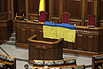 В зале Верховной Рады Украины, которая не смогла начать утреннее заседание, так как представители оппозиции заблокировали трибуну и президиум парламента, требуя отставки правительства.