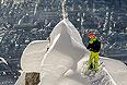 Австрийский фрирайдер Кристоф Эбенбихлер стоит на склоне Сигрубе в австрийском Инсбруке.