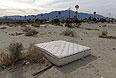 """Брошенный где-то посреди калифорнийской пустыни """"Хот Спрингз"""" матрас."""