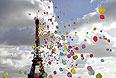 Парижане отпускают в небо над Эйфелевой башней воздушные шары  в поддержку четырех французских журналистов, удерживаемых в Сирии.