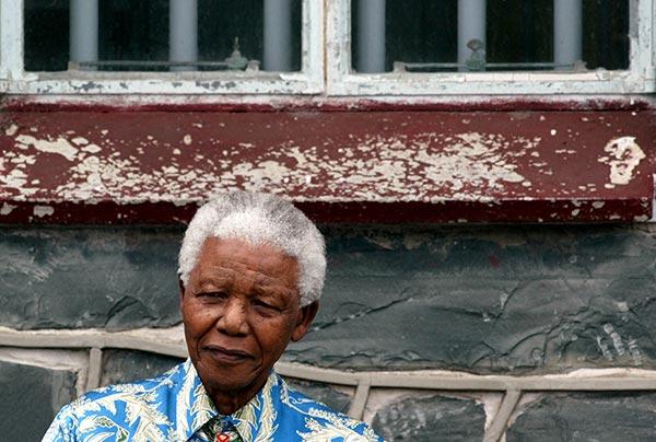 Нельсон Мандела у окна своей камеры, в которой он провел 27 лет.