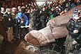 """Группа неизвестных людей в воскресенье вечером снесла памятник Ленину с пьедестала, сообщили агентству """"Интерфакс-Украина"""" в пресс-службе столичной милиции. """"Группа неизвестных людей в масках окружила памятник Ленину. Они жгли фаеры, а потом завалили памятник"""", - рассказали в милиции."""