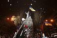 """Пикетирование Верховной Рады и размещение палаточного городка на углу улицы Грушевского и Крепостного переулка в Киеве будет продолжаться всю ночь и весь день, 9 декабря, заявляет народный депутат фракции """"Батькивщина"""" Леся Оробец. """"Коллеги, мы будем находиться здесь всю ночь и весь день до тех пор, пока власть в стране не будет принадлежать украинскому народу"""", - сказала она, выступая у Дома офицеров в воскресенье вечером. При этом Оробец добавила, что из Центрального штаба к месту пикета прибыл автомобиль с продуктами питания для протестующих - горячими напитками и едой. Как сообщалось, участники Евромайдана заблокировали участок ул.Грушевского, где находятся здания правительства Украины, Верховной Рады."""