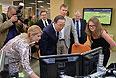 Главный редактор РИА Новости Светлана Миронюк и генеральный секретарь ООН Пан Ги Мун  во время посещения Дирекции социальных сетей агентства РИА Новости.