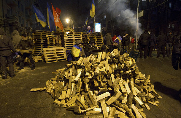 """Ночь на территории, занятой митингующими в центре Киева, прошла спокойно. Как передает корреспондент агентства """"Интерфакс-Украина"""", на площади Независимости - на сцене в главном лагере сторонников евроинтеграции - всю ночь продолжался концерт, выступали различные украинские исполнители. По состоянию на 7:30 утра местного времени возле сцены находилось несколько десятков человек, основная масса митингующих ночевала в палатках, в Доме профсоюзов, в здании Киевской горадминистрации, Октябрьском дворце, а также патрулировала баррикады, установленные на ряде улиц в правительственном квартале."""