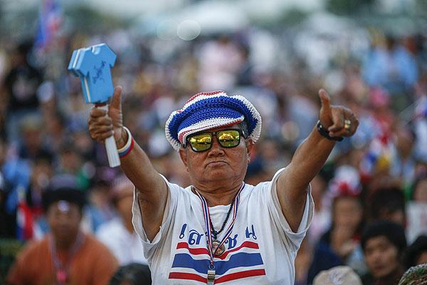 """Глава правительства Таиланда Йинглак Чинават объявила о роспуске парламента и назначении досрочных выборов, сообщает британская телерадиокорпорация BBC. """"Я обратилась к Его Величеству королю с петицией о роспуске парламента. Кабинет принял решение распустить парламент для того, чтобы в сложившейся кризисной ситуации предотвратить столкновения между политическими противниками и возможное кровопролитие, а также чтобы на новых всеобщих выборах народ страны решил, кого он предпочитает видеть у власти"""", - заявила Чинават."""