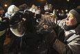 """Разбирать баррикады в центре Киева """"Беркуту"""" помогали коммунальщики."""