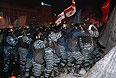 Штурм баррикады митингующих на ул. Институтской продолжался около трех часов. С противоположной стороны баррикады собрались митингующие, которые пытались не дать бойцам разобрать конструкции. Над баррикадой клубился дым, взрывалась пиротехника.