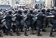 """Около тысячи бойцов милицейского спецназа, которые ограничивали проход митингующих по площади, отступили за свои автобусы. После этого автобусы с беркутовцами отъехали от здания столичного муниципалитета. Протестующие встретили отступление """"Беркута"""" радостными возгласами """"Домой, домой!""""."""