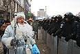 На киевском Майдане появился мужчина, одетый в костюм Деда Мороза.