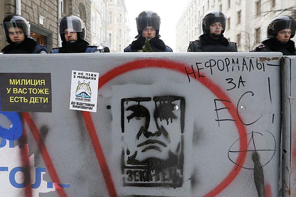 Сотрудники спецподразделения на заблокированной улице Киева.
