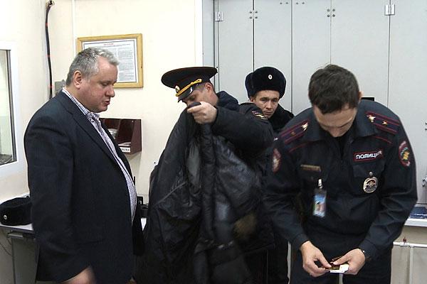 Транспортная полиция возбудила против дебошира уголовное дело по ч.1 ст.213 УК РФ (хулиганство). Предполагается, что суд рассмотрит вопрос о его аресте во вторник. В настоящее время Третьяков находится под административным арестом на двое суток.