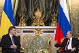 Президент России Владимир Путин (справа) и президент Украины Виктор Янукович во время встречи в Кремле.
