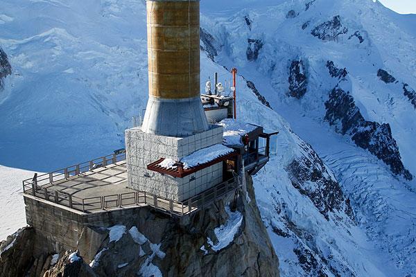 У подножия горы расположен французский лыжный курорт - Шамони. Постоять над километровой пропастью можно будет с 21 декабря текущего года.