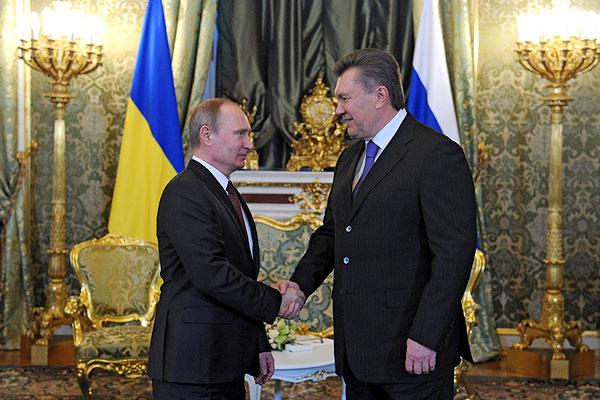 Президент России Владимир Путин (слева) и президент Украины Виктор Янукович во время встречи в Кремле.