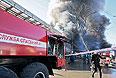 """Машина """"Службы спасения"""" во время пожара на центральном рынке """"Беркат"""" в Грозном."""