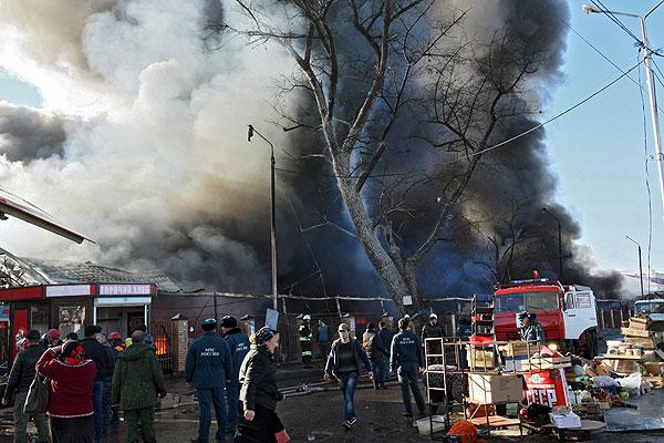 """Сотрудники """"Службы спасения"""" и прохожие во время пожара на центральном рынке """"Беркат"""" в Грозном."""