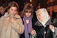 Супруга экс-главы ЮКОСа Михаила Ходорковского Инна, дочь Анастасия и мать Марина у здания Хамовнического суда Москвы после оглашения приговора.