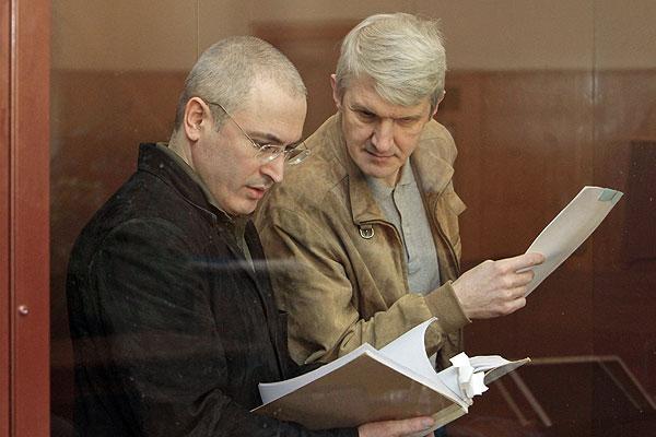 Экс-глава ЮКОСа Михаил Ходорковский и бывший руководитель МФО МЕНАТЕП Платон Лебедев  во время заседания Хамовнического суда Москвы.