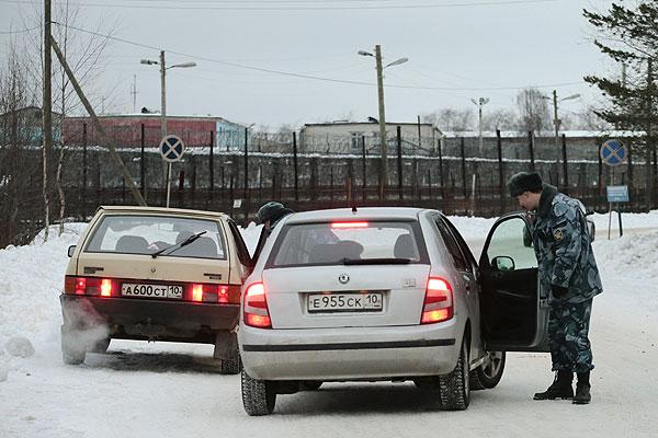 Сотрудник полиции дежурит на подъезде к исправительной колонии №7 в городе Сегежа в Карелии.