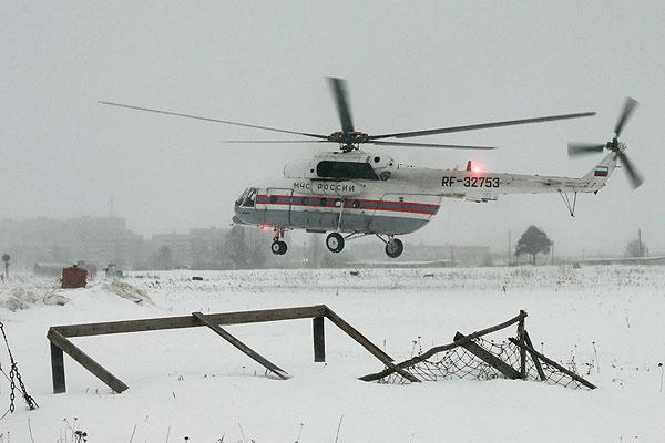 Вертолет МЧС РФ поднимается над исправительной колонией №7 в городе Сегежа в Карелии, где отбывал наказание помилованный указом президента РФ бизнесмен Михаил Ходорковский. Фото сделано 20 декабря 2013 года.