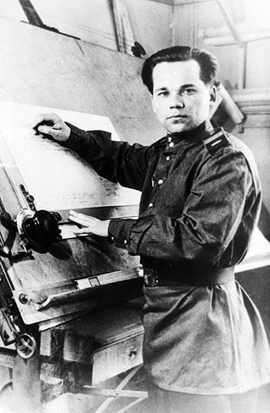 Старший сержант Михаил Калашников во время работы над проектом автомата АК-47.