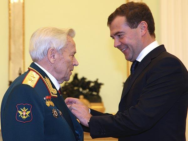 10 ноября 2009 г. Президент России Дмитрий Медведев принял в Кремле конструктора-оружейника Михаила Калашникова (справа налево) и вручил ему высшую государственную награду - звезду Героя России.