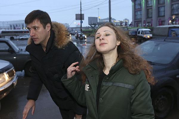 Адвокат Петр Заикин и Мария Алехина на вокзале в Нижнем Новгороде.
