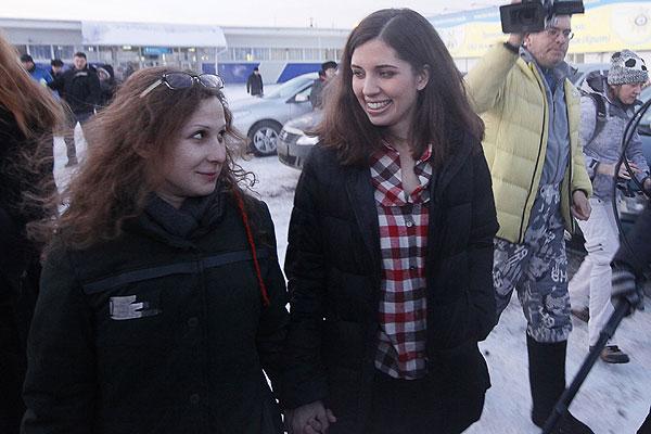 """Мария Алехина и Надежда Толоконникова в аэропорту """"Емельяново"""" около Красноярска."""