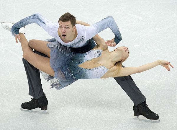 Екатерина Боброва и Дмитрий Соловьев выступают в произвольной программе танцев на льду на чемпионате России по фигурному катанию в Сочи.