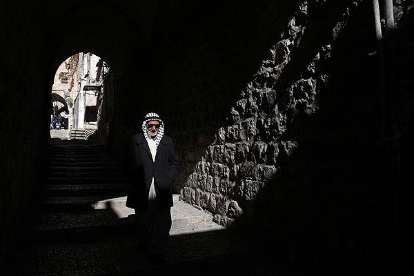 Палестинский мужчина прогуливается по улицам Старого Иерусалима.
